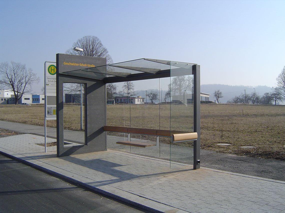 Wartehalle Meilenstein mit einer Oberfläche aus Architekturbeton