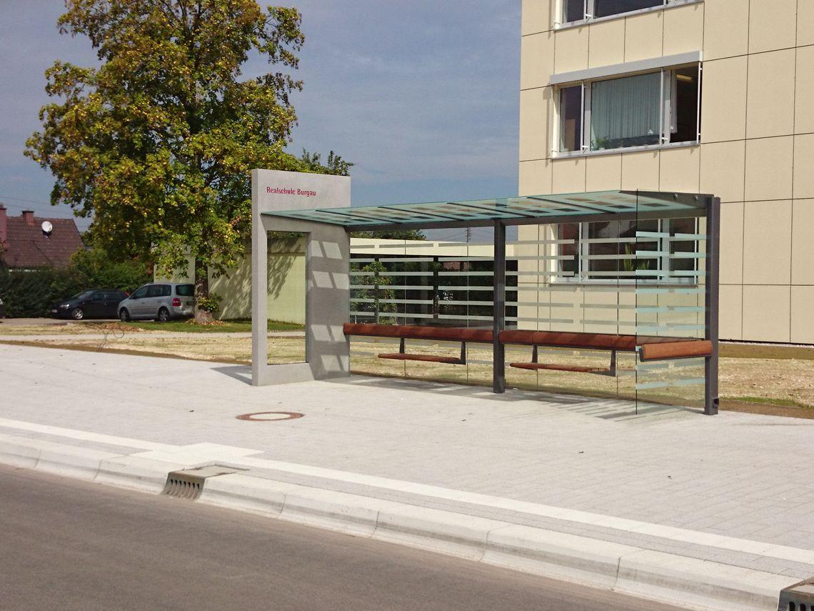 Wartehalle Meilenstein 5 Felder - Oberfläche aus grauem Architekturbeton