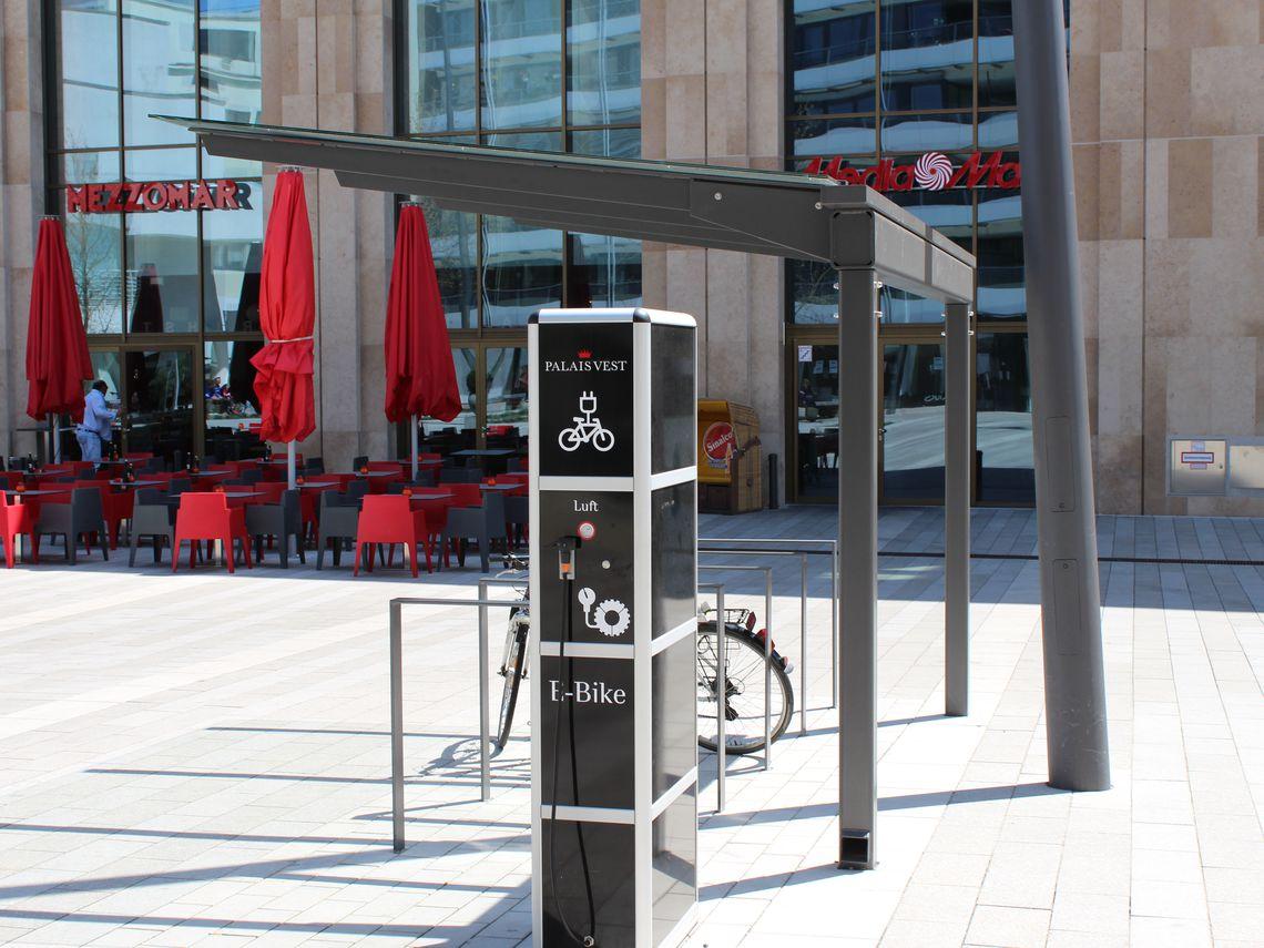Fahrradüberdachung FH 90, einseitig, 3 Felder mit Piktogramm als Scheibendekor