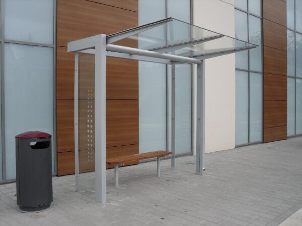 Wartehalle Tetra in 2-feldriger Ausführung mit halbem Seitenteil